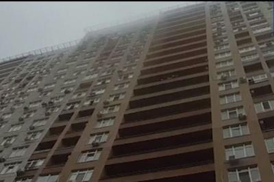 У столиці патрульний спіймав на льоту жінку, яка стрибнула з 15 поверху - відео