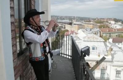 Небезпечний вид на Чернівці: вежа міської ратуші знаходиться в аварійному стані