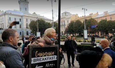 «Брехуни, душогуби!»: в Чернівцях жінка облаяла Зеленського й Осачука - відео