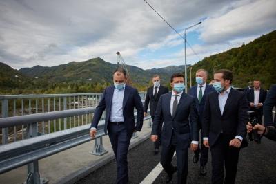Зеленський на Буковині перевірив міст у Розтоках - відео