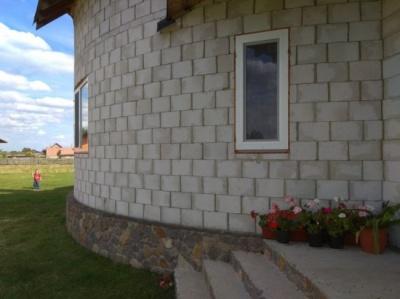 Українське подружжя збудувало незвичний будинок без жодного кутка – фото