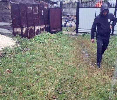На Буковині на подвір'ї власного будинку виявили тіло жінки