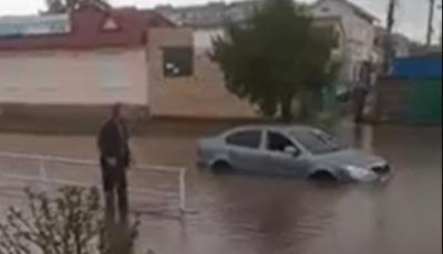 Негода на Буковині: автівка потонула посеред вулиці міста – відео