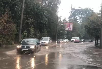 Сильна злива затопила вулиці Чернівців – відео