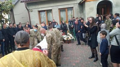 """""""Не хочемо вірити в це"""": у Чернівцях попрощалися із солдатом, який помер на Житомирщині"""