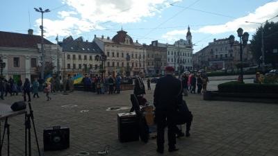 У центрі Чернівців урочисто відзначають День захисника України