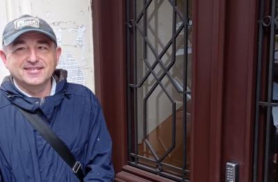 Стають, як нові: чернівчанин реставрує сторічні двері