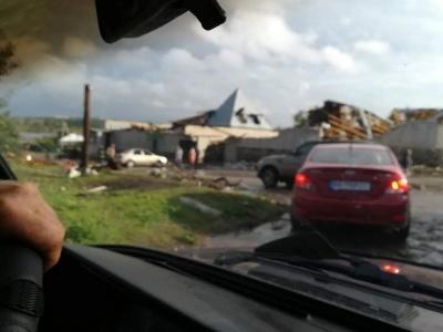 У Кропивницькому ураган зривав дахи з будинків та валив дерева - фото, відео