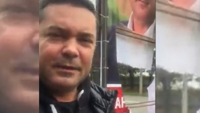 У Чернівцях невідомі пошкодили сітілайт кандидата в депутати – відео