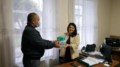 Передав школі оргтехніку: на Буковині кандидата в депутати підозрюють у підкупі виборців