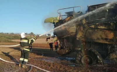На Буковині під час роботи в полі згорів комбайн