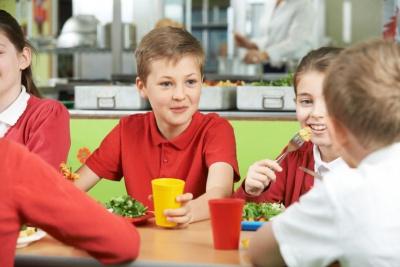 Без сосисок та солодкої води. МОЗ хоче кардинально змінити харчування у школах та дитсадках