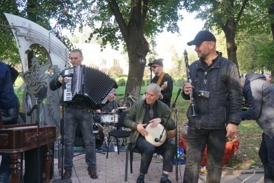 Пам'ятник єврейській пісні «Хава нагіла» відкрили у Чернівцях – фото