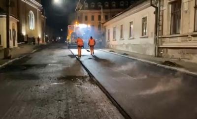 В Черновцах на улице Русской начали стелить нижний слой асфальта - видео