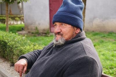 «Эта лавка - мой дом»: буковинец с весны днюет и ночует в сквере в Черновцах - видео