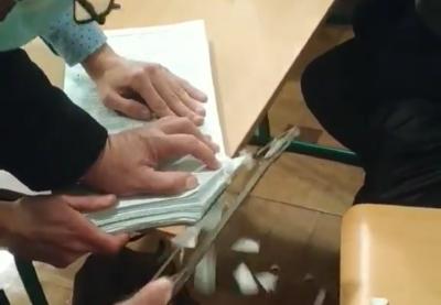 На Прикарпатті бюлетені гасили за допомогою ножівки та болгарки — відео