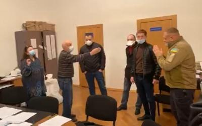 В Черновцах группа лиц ворвалась в ТИК и устроила скандал - видео