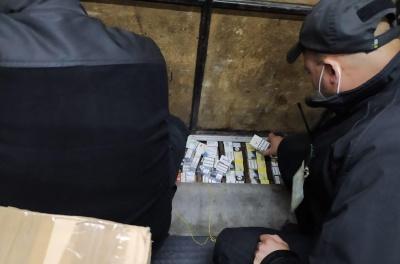 На Закарпатті затримали чернівчанина, який віз до Італії контрабандні цигарки