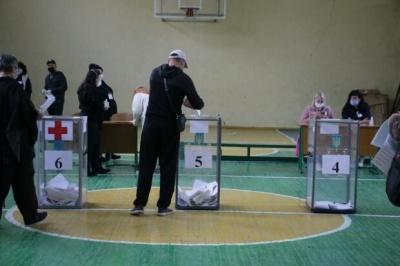 """Фотографування бюлетенів та """"підвіз"""" виборців: як пройшло голосування на Буковині"""