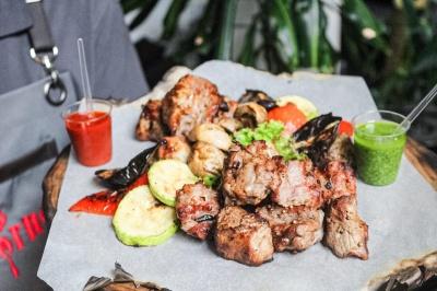 Соковите м'ясо з мангалу, смачні страви з печі, п'янкі коктейлі і крутий кальян! Траторія «Gorno» на вулиці О. Кобилянської чекає на вас!*