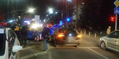 ДТП у Чернівцях: легковики не розминулись на перехресті і збили дорожні знаки - фото