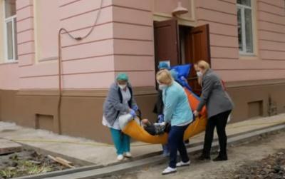 Важкохворого з COVID-19 переносили до реанімації на руках: шокуюче відео з Чернівецької лікарні