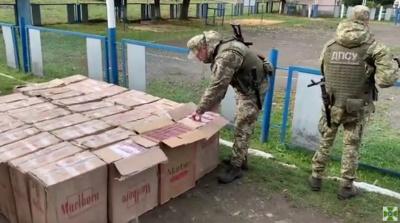 Вночі на Буковині прикордонники затримали 4 контрабандистів із цигарками на мільйон
