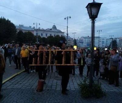 Запалювання ліхтаря: у Чернівцях відновлюють 100-річну традицію