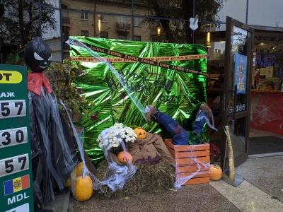 Тыквы и паутина: как в Черновцах украсили витрины к Хэллоуина