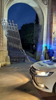 У Чернівцях легковик протаранив ворота ЧНУ та врізався у стіну університету – фото