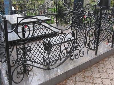 Викрав огорожу із кладовища та здав на металобрухт: буковинцю загрожує 5 років ув'язнення
