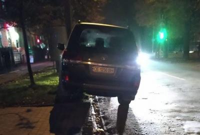 «Газони вже не потрібні?»: мережу обурило, як Продан у Чернівцях припаркував своє авто