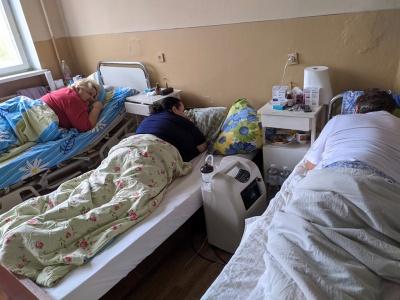 Як лікують ковід-хворих на Буковині: журналістки «МБ» побували у «червоній» зоні - відео, фото