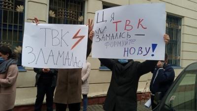 «Ця ТВК зламалась»: активісти «Єдиної альтернативи» влаштували пікет під виборчою комісією – фото