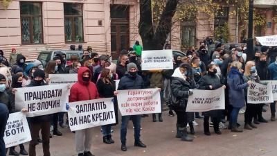 «Заплатіть за нас кредит»: у Чернівцях понад 100 рестораторів пікетують ОДА через карантинні обмеження