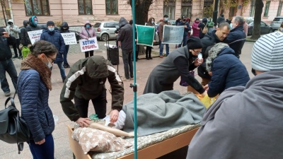 У Чернівцях понад півсотні людей вийшли на пікет до ОДА на підтримку буковинських медиків – фото