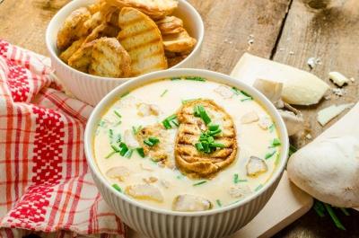Ароматний сирний суп із грибами: як приготувати поживну страву