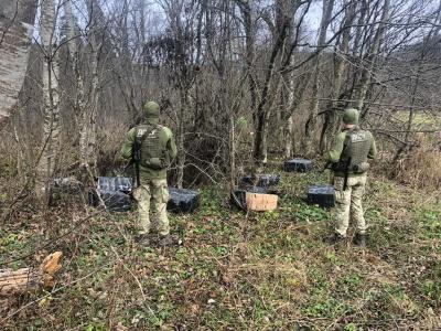 Покинули сигарети та втікли: на кордоні Буковини контрабандистів не зпинили навіть постріли