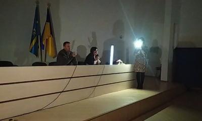 Працюють під ліхтарями телефонів: на Буковині у «місті енергетиків» на першій сесії міськради зникло світло
