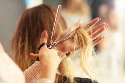 На Буковині жінка продала волосся, щоби вилікувати маму від коронавірусу