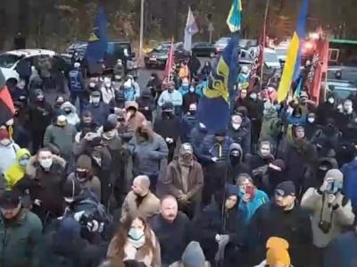 """Більше сотні автівок з активістами прибули до """"Феофанії"""", де лікується Зеленський"""