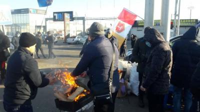 """В Одесі працівники ринку """"Сьомий кілометр"""" перекрили дорогу. Протестували проти карантину вихідного дня - відео"""