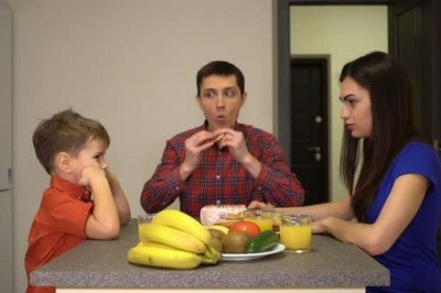 Анекдот дня: про сім'ю за вечерею