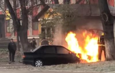 У Чернівцях посеред вулиці загорілось авто – відео