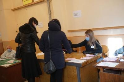 «Явка дуже слабенька»: як чернівчани голосують у другому турі виборів мера