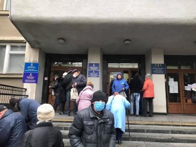 Ажіотаж через «тисячу» від Михайлішина: у Чернівцях під департаментом соцзахисту утворились черги людей