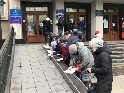 Ажиотаж за «тысячу» от Михайлишина: в Черновцах во департаментом соцзащиты образовались очереди людей