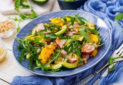 Смачний салат з копченою куркою: рецепти апетитної страви