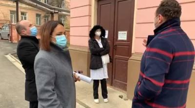 «Пациента откачивали с фонариками?»: Чиновница устроила «разбор полетов» в больнице Черновцов