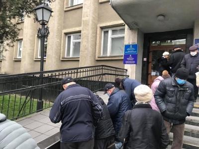 """За день прийняли 700 заяв: у Чернівцях триває ажіотаж навколо """"тисячі від Михайлішина"""""""
